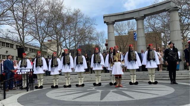 Συγκινητική η παρουσία Ευζώνων στην έπαρση της ελληνικής σημαίας στην Αστόρια (βίντεο)
