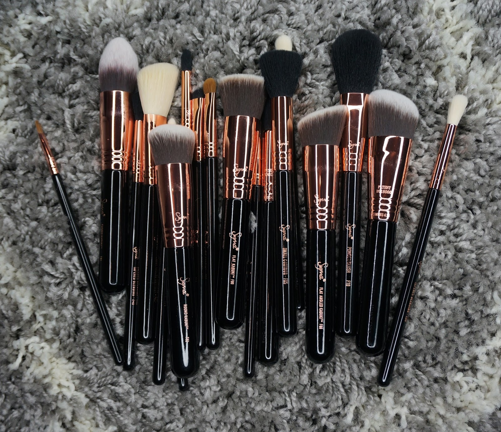sigma brushes copper. the collection comes with 19 brushes. 10 eye and 9 face all designed for you to create any kind of makeup look that want. sigma brushes copper