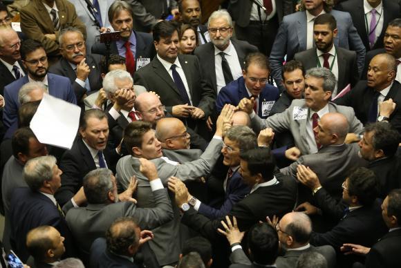 Confira os nomes dos 263 deputados que salvaram Michel Temer na Câmara