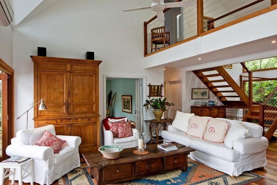 Drewniany dom nad zatoką, wystrój wnętrz, wnętrza, urządzanie domu, dekoracje wnętrz, aranżacja wnętrz, inspiracje wnętrz,interior design , dom i wnętrze, aranżacja mieszkania, modne wnętrza, retro, dom drewniany, antyki, stare meble, wiklinowe dodatki, styl klasyczny, salon