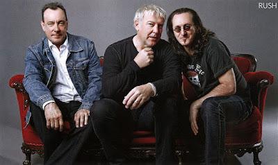 Biografi Rush Band        Rush adalah sebuah band rock Kanada terbentuk pada bulan Agustus 1968, di lingkungan Willowdale Toronto, Ontario, terdiri dari bassist, keyboardist, dan vokalis Geddy Lee, gitaris Alex Lifeson, dan drummer dan penulis lirik Neil Peart. Band dan keanggotaannya melewati beberapa konfigurasi ulang antara 1968 dan 1974, mencapai bentuk yang sekarang mereka ketika digantikan Peart drummer asli John Rutsey pada bulan Juli 1974, dua minggu sebelum tur pertama AS kelompok. Sejak rilis album debut band di bulan Maret 1974, Rush telah menjadi terkenal karena keterampilan instrumental dari anggotanya, komposisi yang kompleks, dan motif liris eklektik menggambar berat pada fiksi ilmiah, fantasi, dan filsafat, serta menangani kemanusiaan , sosial, emosional, dan masalah lingkungan hidup.  Musik, gaya Rusli telah berubah selama bertahun-tahun, dimulai pada pembuluh darah yang diilhami Rock blues di album pertama mereka, kemudian meliputi hard rock, rock progresif, dan periode dengan menggunakan berat synthesizer. Mereka telah disebut sebagai pengaruh oleh berbagai seniman musik, termasuk Metallica, Primus, dan The Smashing Pumpkins serta band-band metal progresif seperti Dream Theater, dan Symphony X.   Rush telah memenangkan sejumlah Juno Awards, dan inducted into the Hall of Fame Musik Kanada pada tahun 1994. Lebih dari