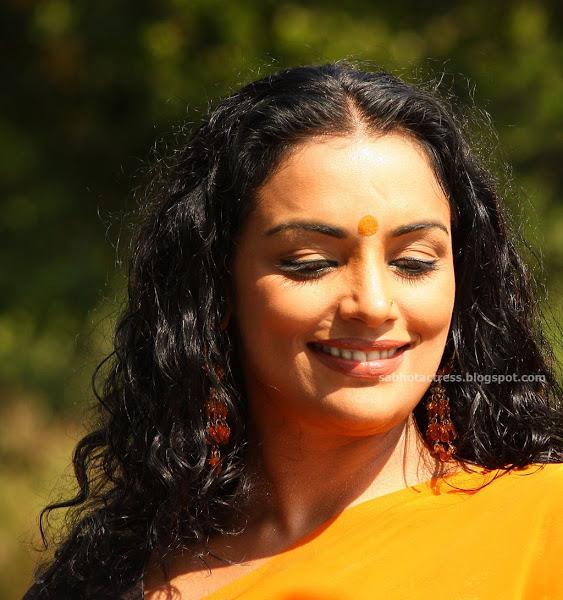 Shweta Menon Hot Navel And Back In Tharam Movie
