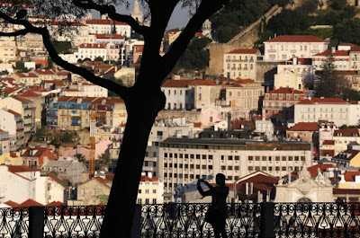 La concesión de la ciudadanía por naturalización a los nietos portugués, prohibido hasta 2006, se ha intensificado el fenómeno de la doble nacionalidad entre la antigua metrópoli y colonia; ascendencia judía sefardí también puede obtener la nacionalidad.