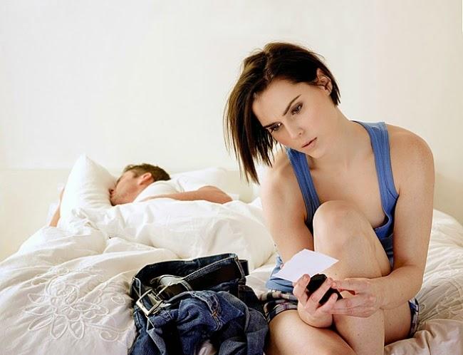 El marido llega a casa a las seis de la tarde y dice a su esposa,  - Cariño, tengo una reunión de trabajo a las diez de la noche, pero no voy a ir... ¡Me parece que están abusando de mí!