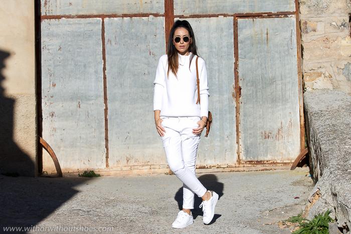Look Blanco total con Jeans Boyfriend Meltin' Pot y Adidas