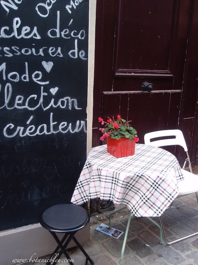 French-design-outdoor-cafe-table-chairs