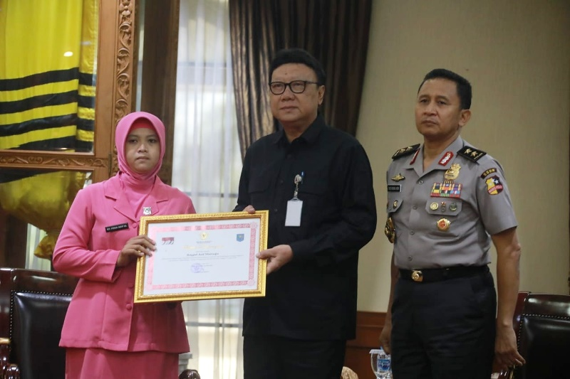 Mendagri Beri Penghargaan Bagi Anggota Polri yang Gugur dalam Tugas Pemilu