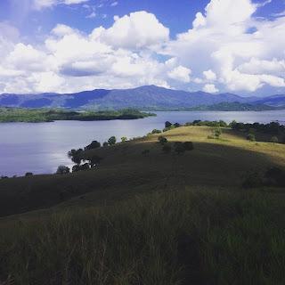 pemandangan bukit di riam kanan