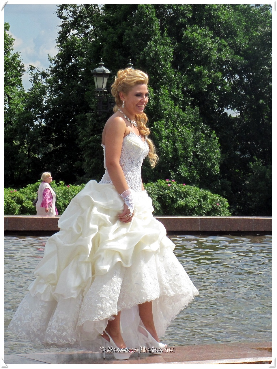 Moscow lady in a wedding dress at the fountain