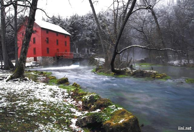 ảnh ngôi nhà và con suối giữa mùa đông