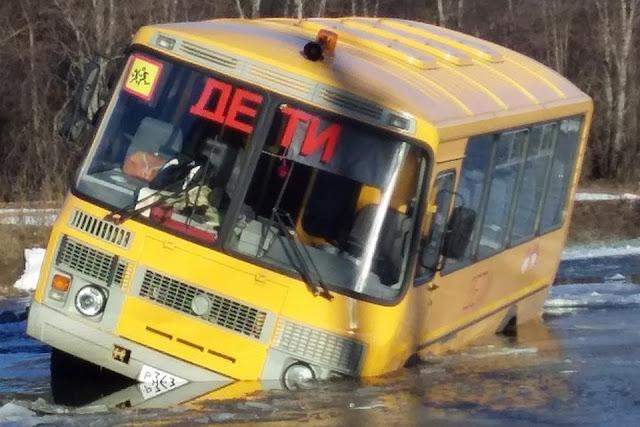 В Белорецке автобус с детьми провалился в реку