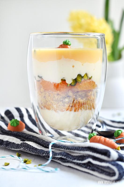 Dessert zu Ostern: Eierlikörschichtdessert mit Carrot Cake und weißer Schokoladencreme