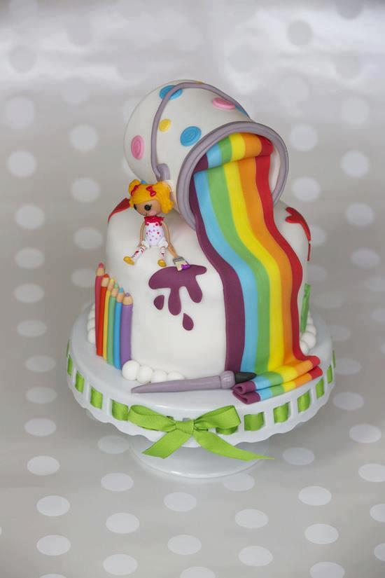 Linda tarta de cumpleaos decorada con pintura de arcoiris   Imagenes para Cumpleaos