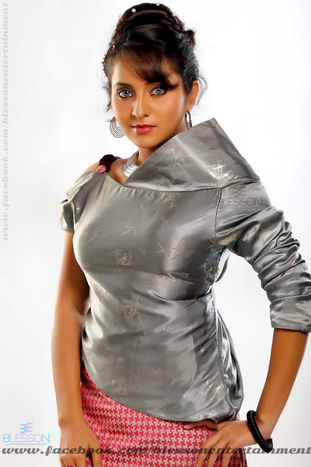 Bhama Hot Navel In Autoraja Movie-8943