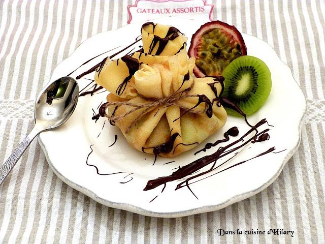 Aumonière de crêpes kiwi-passion caramélisés et sauce au chocolat