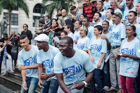 The Rio Homeless Choir performs on the steps of the Municipal Theatre of Rio de Janeiro during the 2016 Uma So Voz Week. Photo: Lorena Mossa.