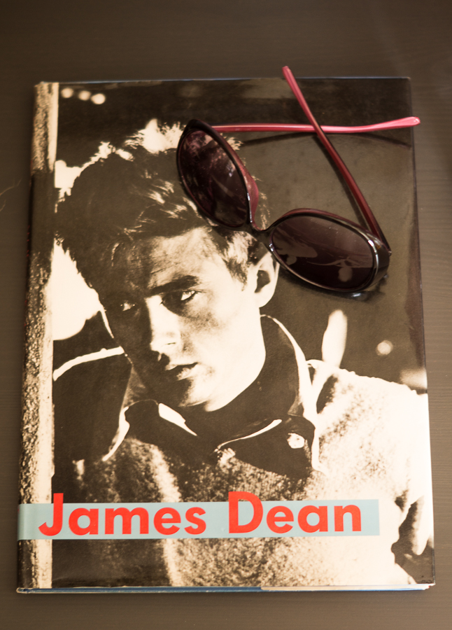 Blog + Fotografie by it's me! | fim.works | Shelfie Mai | Bildband James Dean | Sonnenbrille