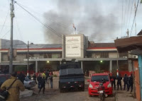 Bomberos combaten el fuego en el Penal de Tacumbú