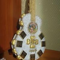 подарок на 23 февраля своими руками из конфет гитара