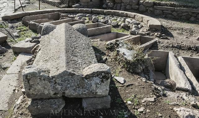 Restos de una tumba de tipo túmulo en la necrópolis de Aigai