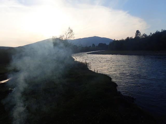 Ukraina oferuje naprawdę fajne miejscówki, takie jak ta karpacka rzeka