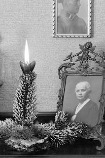 Innenaufnahmen Wohnhaus - Kerze mit Bildern - Ausschnitt - Glasnegativ 1930-1942