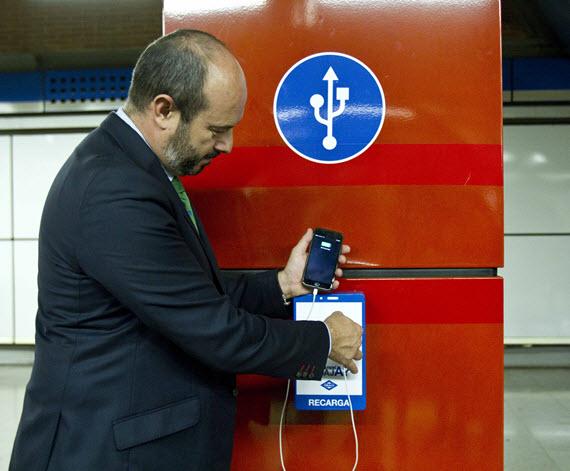 Recarga para móviles y tabletas mediante conectores USB en el Metro