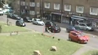 Emozionante video di ragazza 12enne che si getta dall'auto rubata