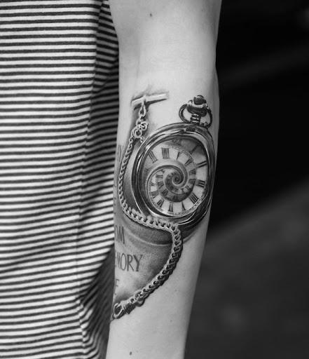 Relógio de bolso manga da tatuagem. O relógio está sempre lá para nos lembrar de quanto tempo temos gasto e quanto tempo nos resta. É um lembrete e, ao mesmo tempo, um aviso de que o torna infinito e na ironia, atemporal. (Foto: Fontes de imagem)