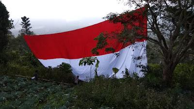 Gist-k Anak Rimba Tanggamus Kibarkan Bendera Merah Putih Berukuran 15x6 Meter