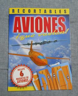 libro con aviones de papel que vuelan