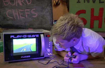 לא יאומן: גיימר הצליח לשחק משחקים על דלת של מיקרוגל