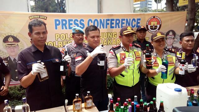Kapolsek Tanjung Duren Pimpin Press Conference Hasil Pengungkapan Miras