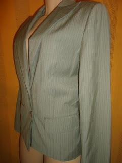 casaco risca de giz cinza  poliester com viscose forro em  poliéster dois botões na frente