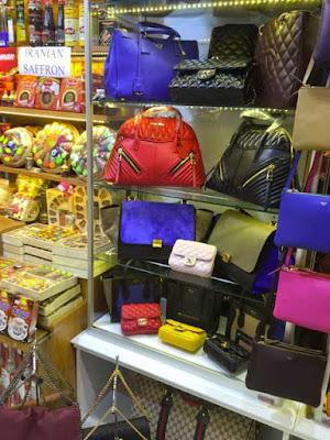 Display con tarocchi di Prada e Chanel