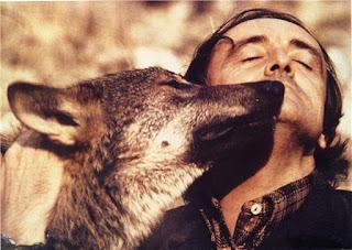 Imagen de Félix Rodríguez de la Fuente abrazando a un lobo