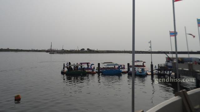 Sepeda air atau bebek-bebekan di pantai Losari