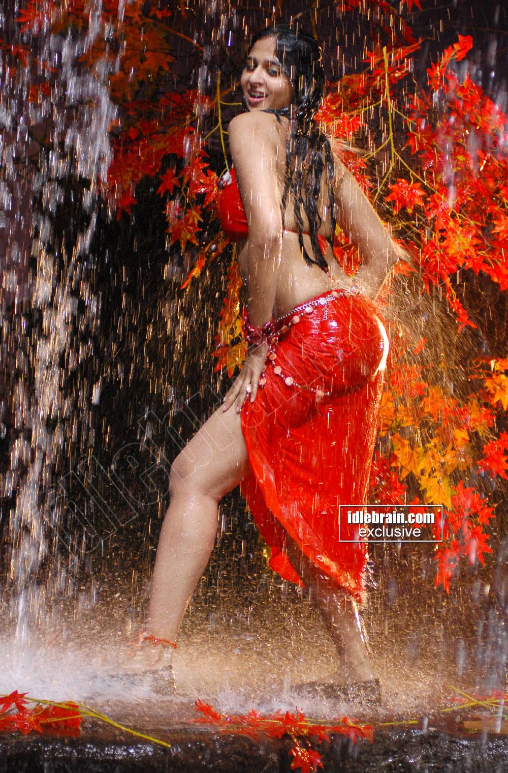 Bollywood Actress Anuska Hot In Rain-4930