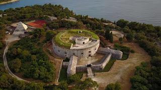 Vacanze estive in Croazia: Benvenuti a Pola, città di tremila anni sulla costa Adriatica che di certo non deluderà nessun visitatore estivo.