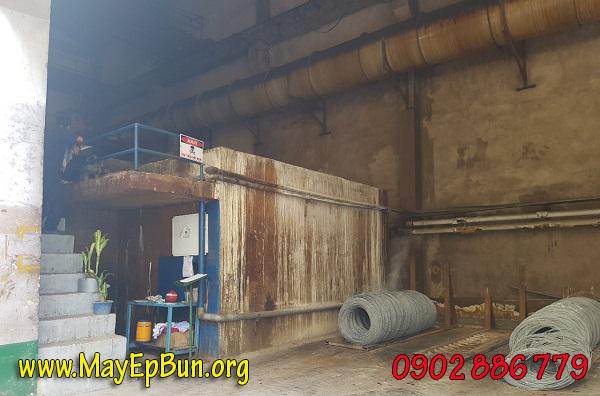 Bể nhúng axit làm sạch bề mặt sắt thép ở một xí nghiệp, nơi nước thải qua máy ép bùn khung bản có sự ăn mòn mạnh