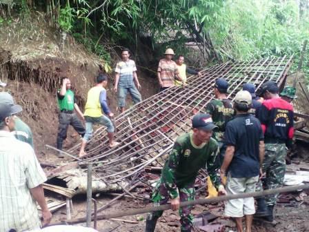 Longsor Hantam Desa Ponggok Kecamatan Mojo Kediri