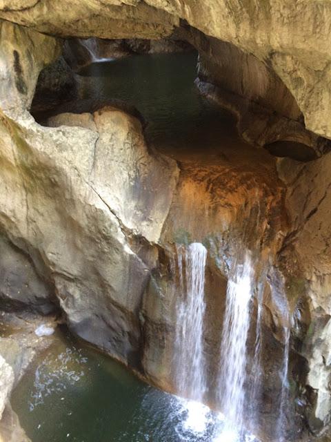 Cuevas Skockan. Cascadas exteriores en el sendero de subida | caravaneros.com