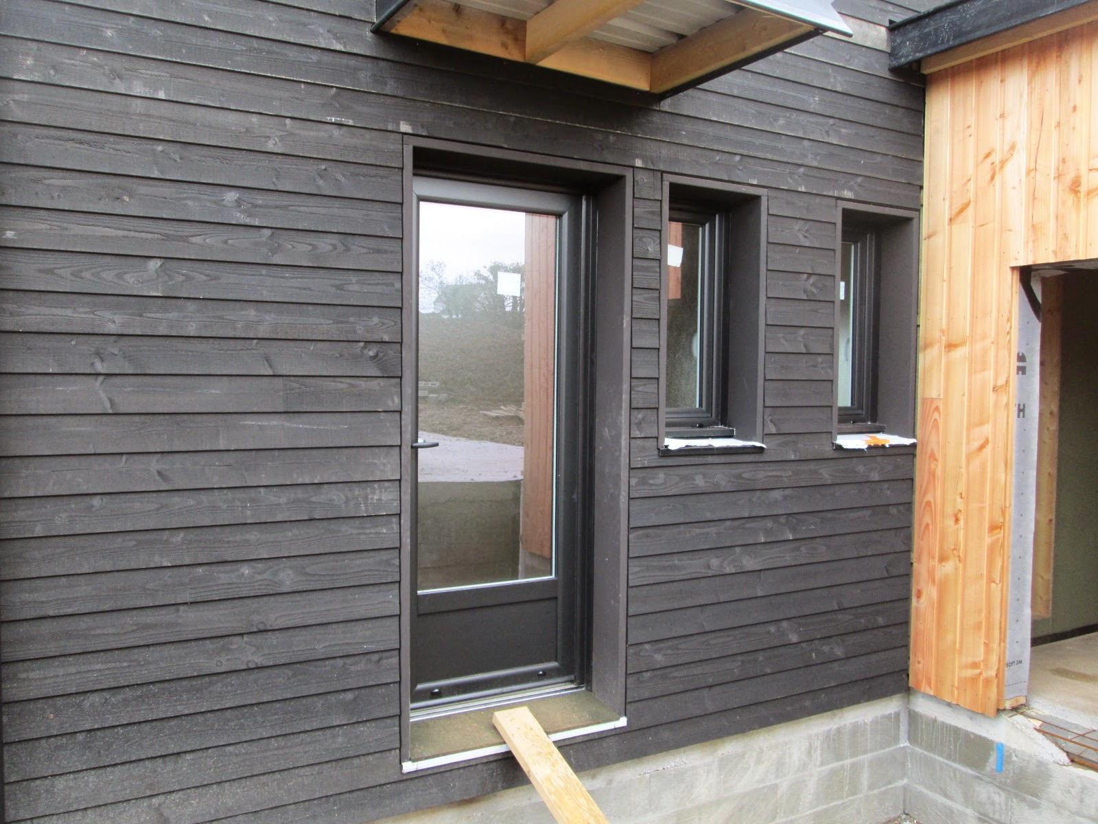 maison bois loperhet akabois les fen tres sont pos es et la porte d 39 entr e aussi. Black Bedroom Furniture Sets. Home Design Ideas