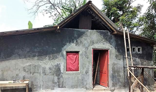 Rumah Berdinding Anyaman Bambu Itu Kini Berubah Drastis