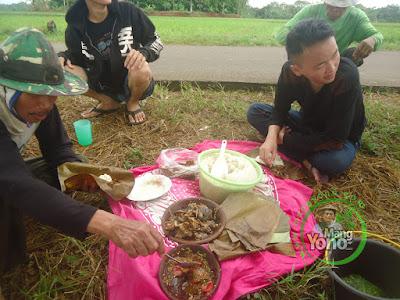 """Mertua, adik ipar, anak saya """"Gugum""""  dan eyang Ipin sarapan pagi dulu :)"""