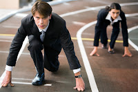 Koşu pistinde koşmaya hazırlanarak iş hayatında rekabeti anlatan bay ve bayan iş adamları