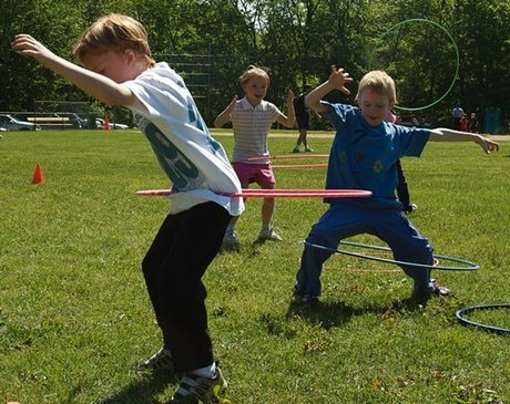 Anak-Anak Bermain Hula Hoop