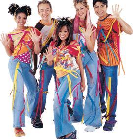 Foto de integrantes de Hi-5 con ropa de trabajo