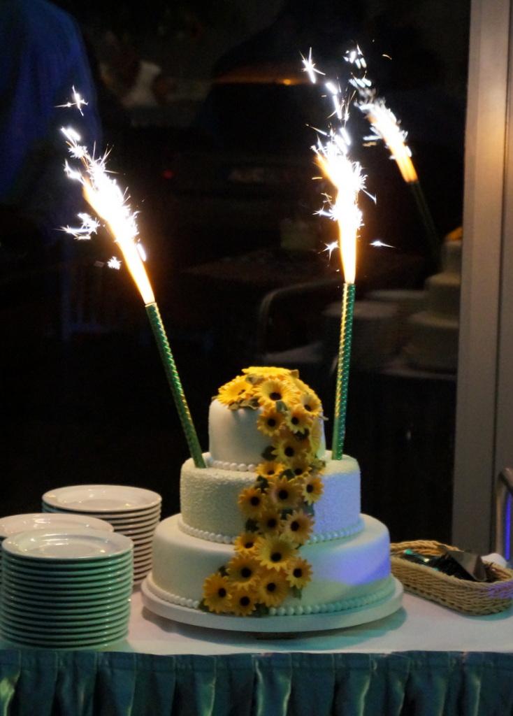 7d65cd711962d8 Tort mojej koleżanki na której weselu motyw przewodni to kwiat słonecznika  :) Zaproszenia były ze słonecznikiem, winietki, stoły równie przyozdobione  żywymi ...