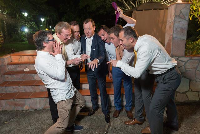 guadeloupe, le marié montre à ses copains son alliance